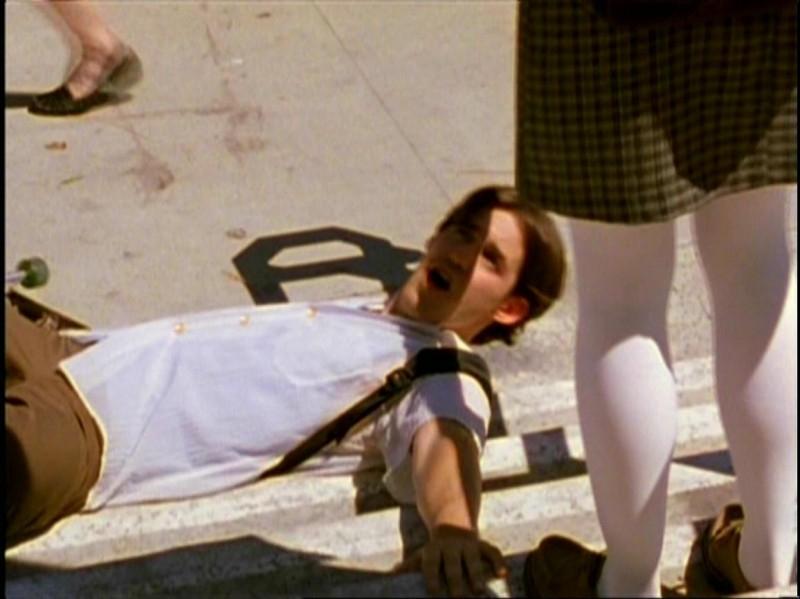 Nicholas Brendon in una scena di Buffy - L'ammazzavampiri, episodio Benvenuti al college