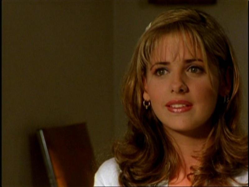 Sarah Michelle Gellar in una sequenza di Buffy - L'ammazzavampiri, episodio Benvenuti al college