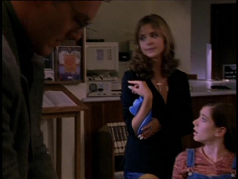 Sarh Michelle Gellar e Alyson Hannigan in una scena di Buffy - L'ammazzavampiri, episodio La riunione