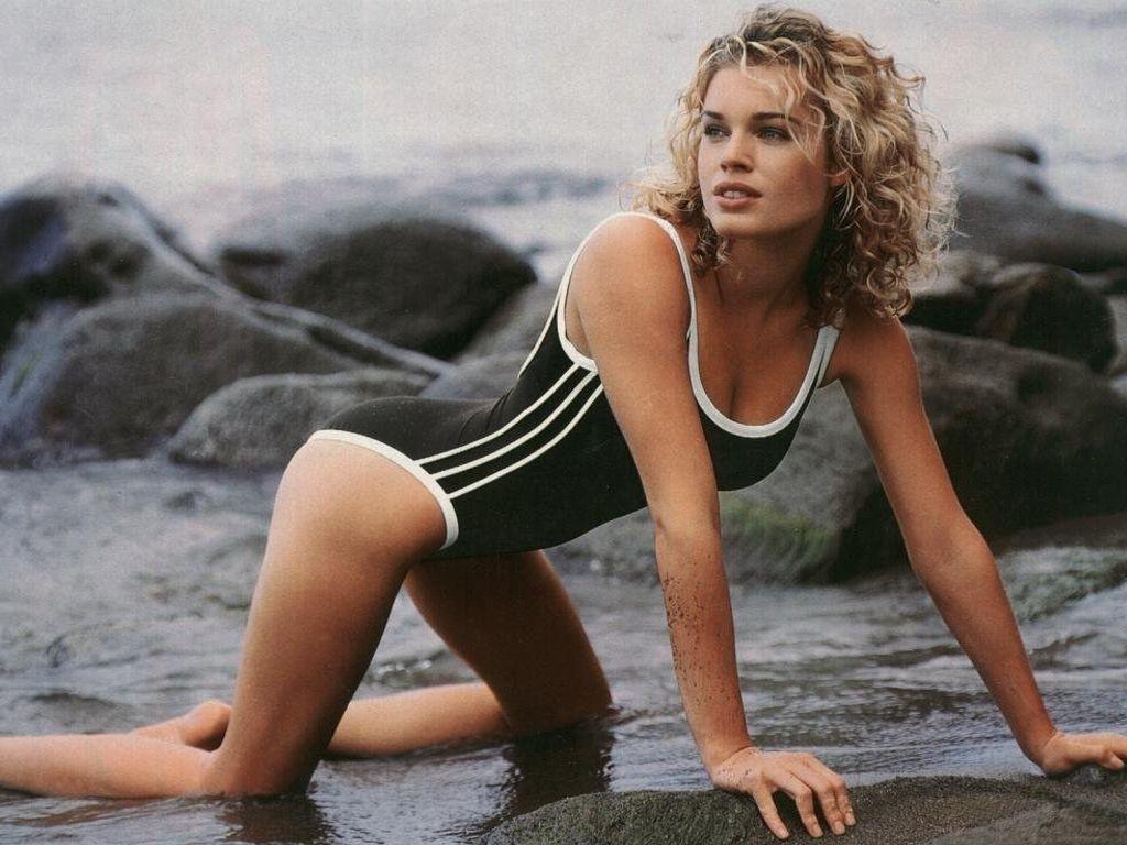 Wallpaper di Rebecca Romijn in versione sportiva