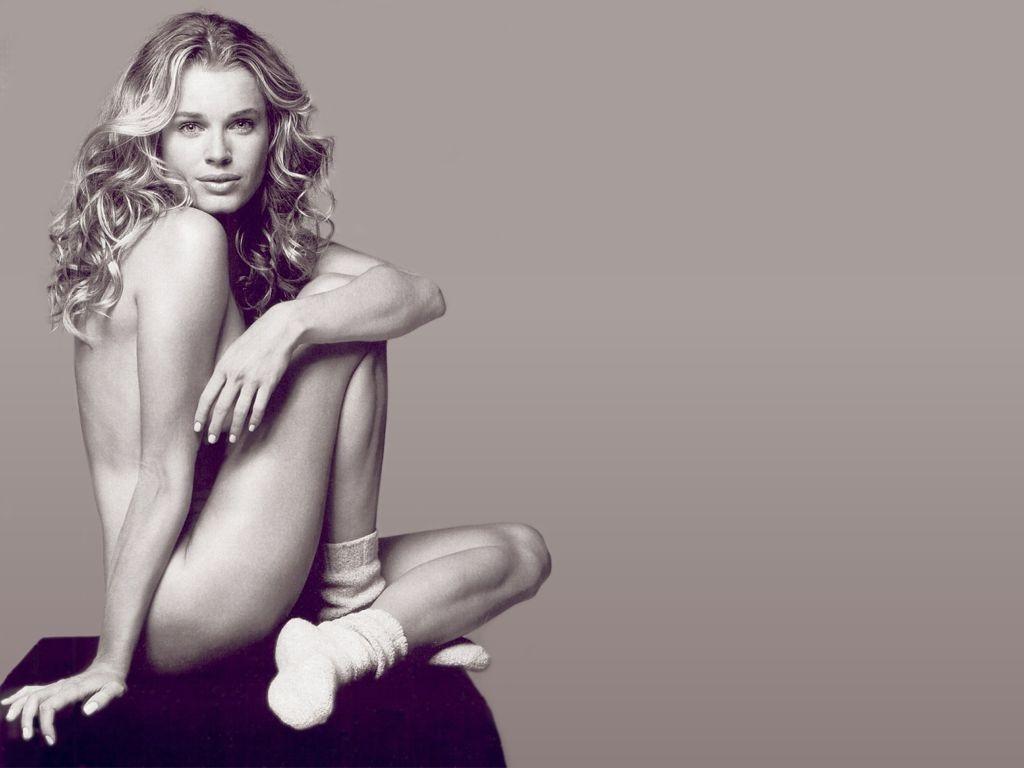 Wallpaper: calzini di spugna e null'altro per Rebecca Romijn