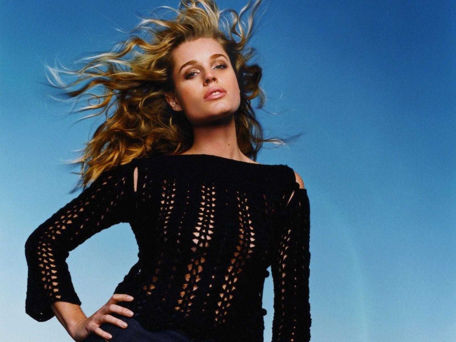Wallpaper: capelli al vento per Rebecca Romijn