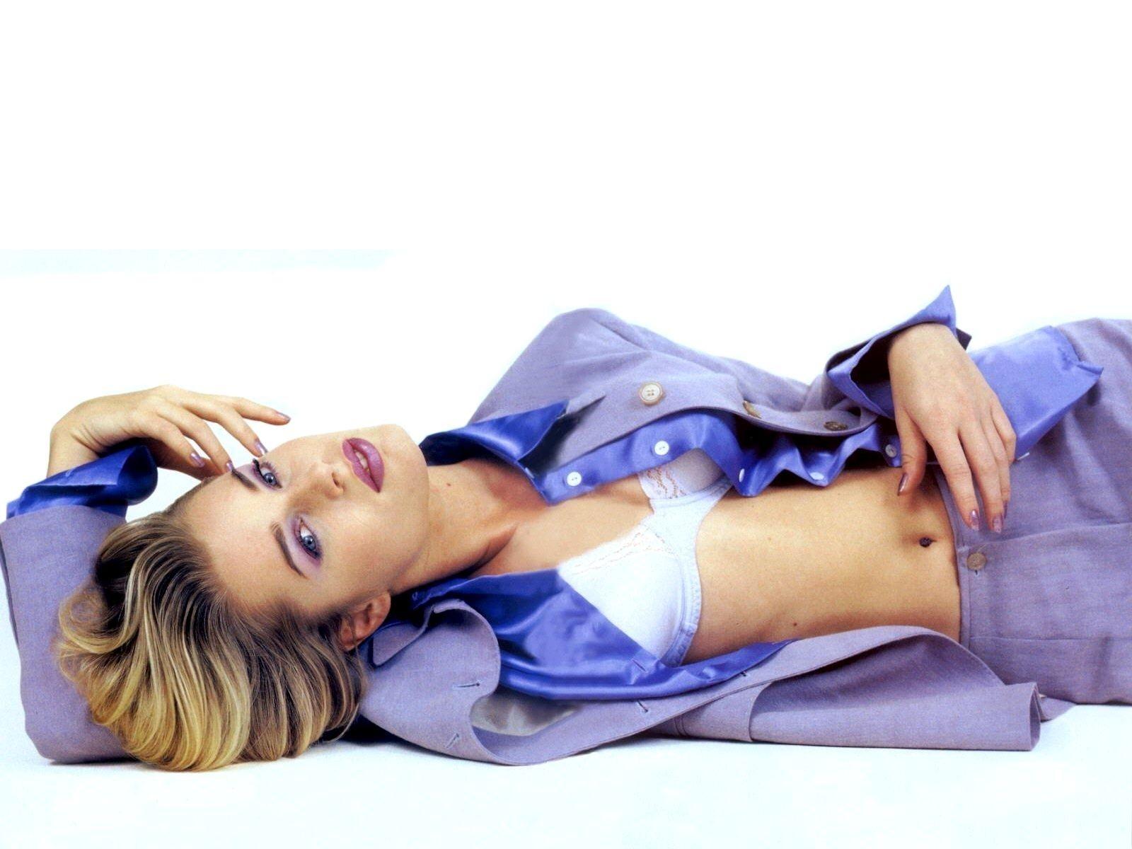 Wallpaper di Rebecca Romijn. L'attrice è nata nel 1972, sotto il segno dello Scorpione