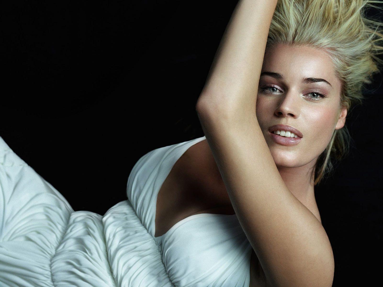 Wallpaper di Rebecca Romijn fasciata in un abito bianco