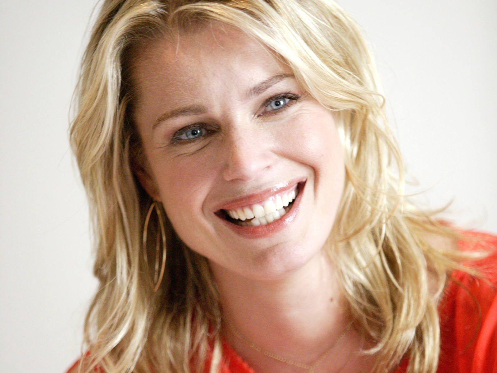 Wallpaper: una sorridente Rebecca Romijn