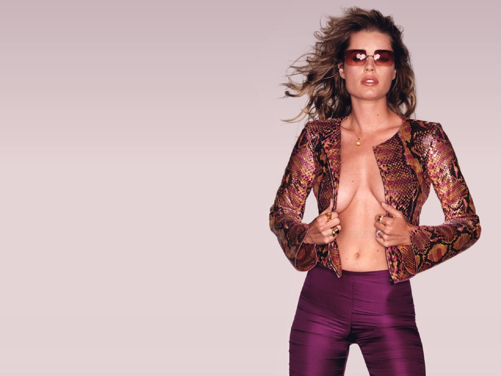 Wallpaper: scollatura mozzafiato per Rebecca Romijn