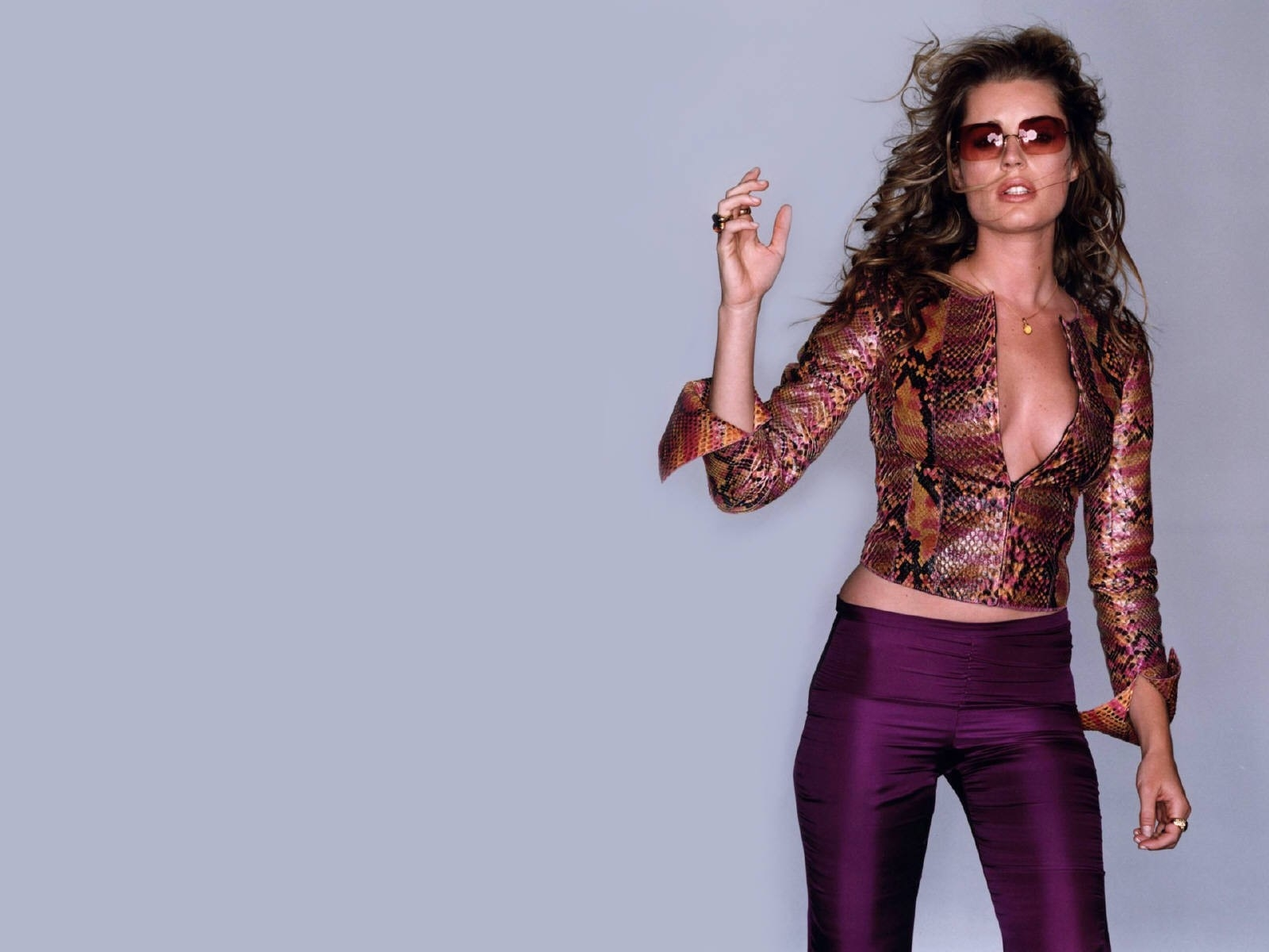 Wallpaper: look da femme fatale per Rebecca Romijn