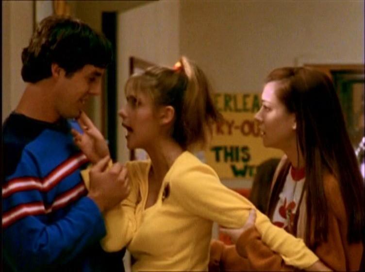Alyson Hannigan, Sarah Michelle Gellar e Nichoals Brendon in una scena di Buffy - L'ammazzavampiri, episodio La riunione
