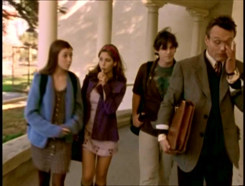 Alyson Hannigan, Sarah Michelle Gellar, Nicholas Brendon e Anthony Head in una scena di Buffy - L'ammazzavampiri, episodio La riunione