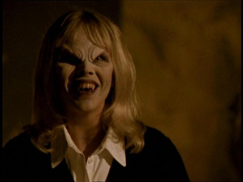 Julie Benz in una scena di Buffy - L'ammazzavampiri, episodio La riunione