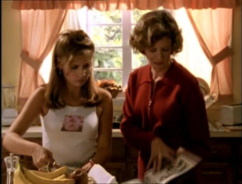 Sarah Michelle Gellar e Kristine Sutherland in una scena di Buffy - L'ammazzavampiri, episodio La riunione