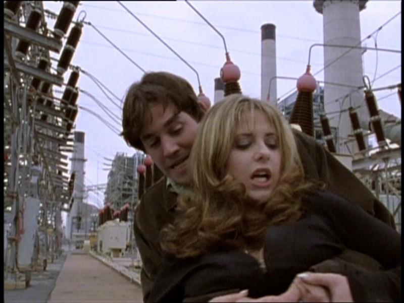 Sarh Michelle Gellar e Nicholas Brendon in una scena di Buffy - L'ammazzavampiri, episodio La riunione