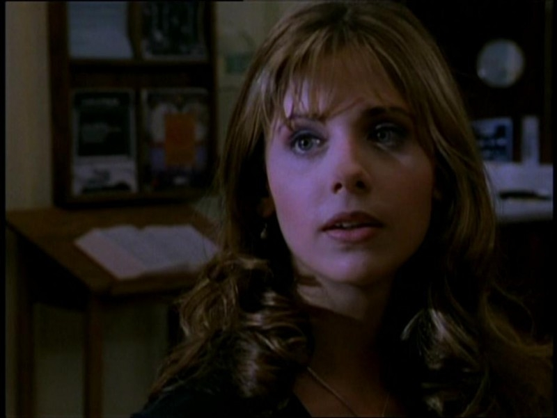 Sarah Michelle Gellar in una sequenza del serial Buffy - L'ammazzavampiri, episodio La riunione