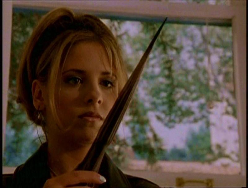Sarh Michelle Gellar in una scena di Buffy - L'ammazzavampiri, episodio La riunione
