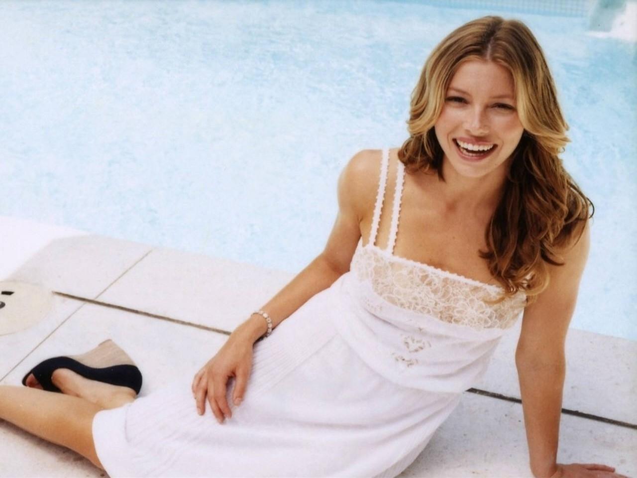 Wallpaper -  Jessica Biel a bordo piscina