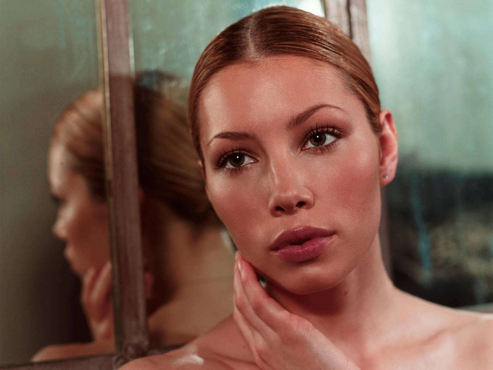 Wallpaper di Jessica Biel di fronte ad uno specchio