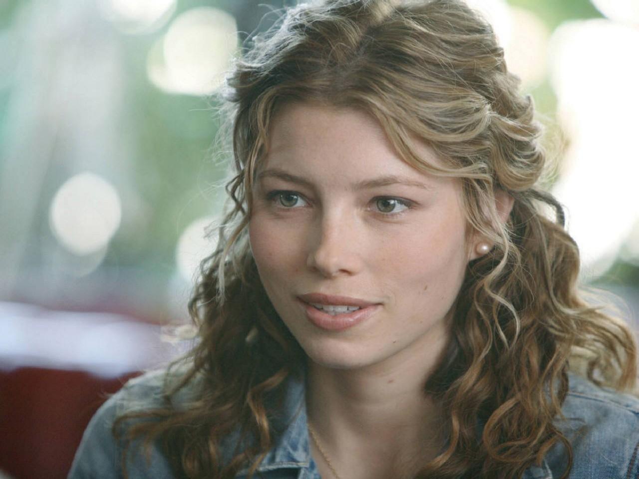 Wallpaper di una sorridente Jessica Biel. L'attrice ha debuttato nel mondo del cinema all'inizio degli anni '90