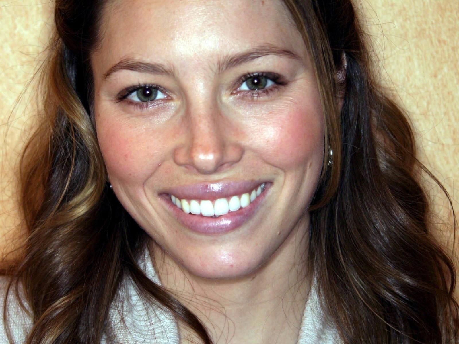 Una sorridente Jessica Biel in uno sfondo per il desktop