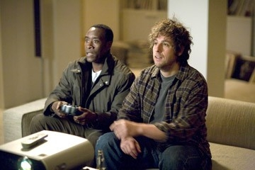 Adam Sandler e Don Cheadle in una scena di Reign Over Me