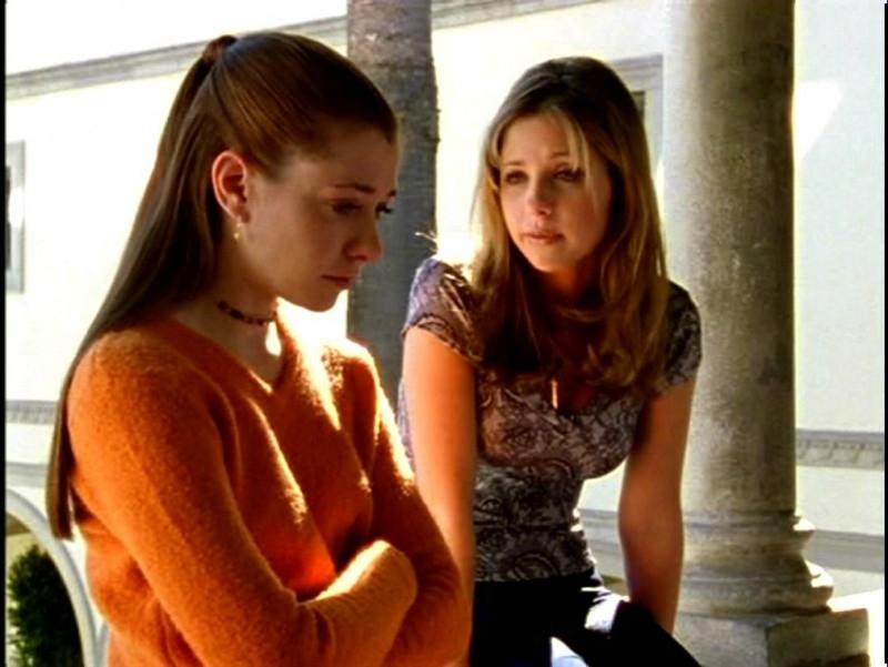 Alyson Hannigan e Sarah Michelle Gellar in una scena di Buffy - L'ammazzavampiri, episodio Il branco
