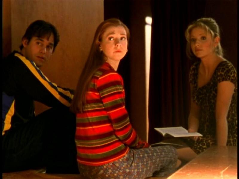 Alyson Hannigan con Sarah Michelle Gellar e Nicholas Brendon in una scena di Buffy - L'ammazzavampiri, episodio Il teatro di burattini
