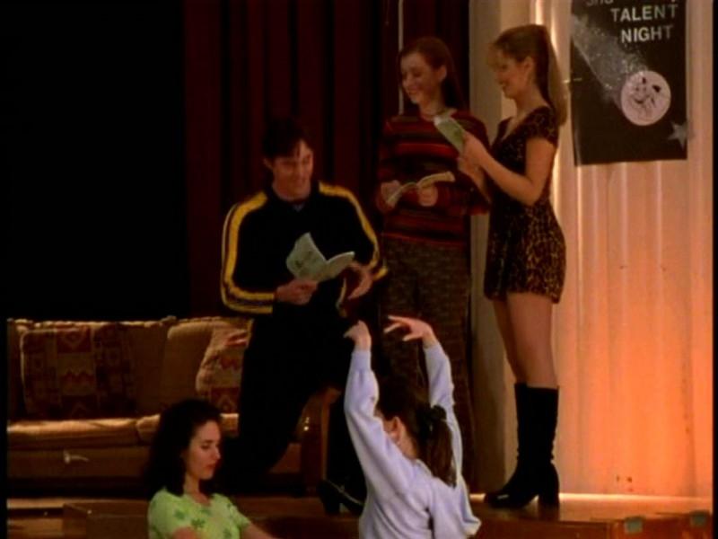 Alyson Hannigan, Sarah Michelle Gellar e Nicholas Brendon in una scena di Buffy - L'ammazzavampiri, episodio Il teatro di burattini