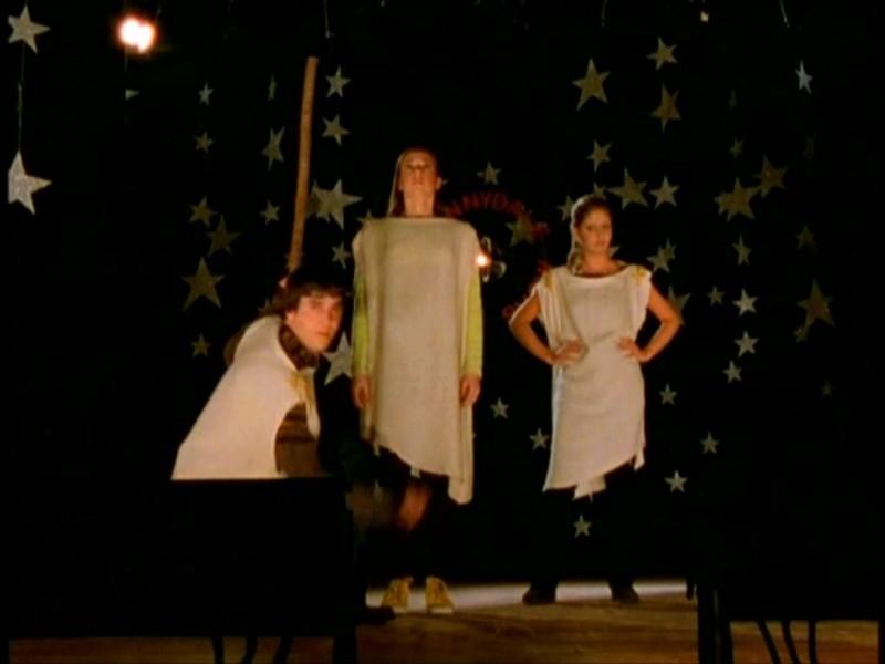 Alyson Hannigan, Sarah Michelle Gellar e Nicholas Brendon in una sequenza di Buffy - L'ammazzavampiri, episodio Il teatro di burattini