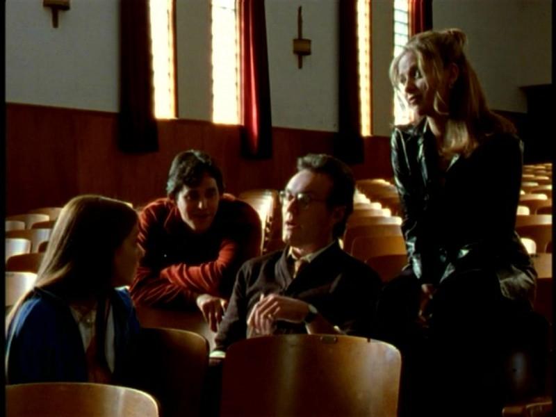 Alyson Hannigan, Sarah Michelle Gellar, Nicholas Brendon e Anthony Head in una scena di Buffy - L'ammazzavampiri, episodio Il teatro di burattini
