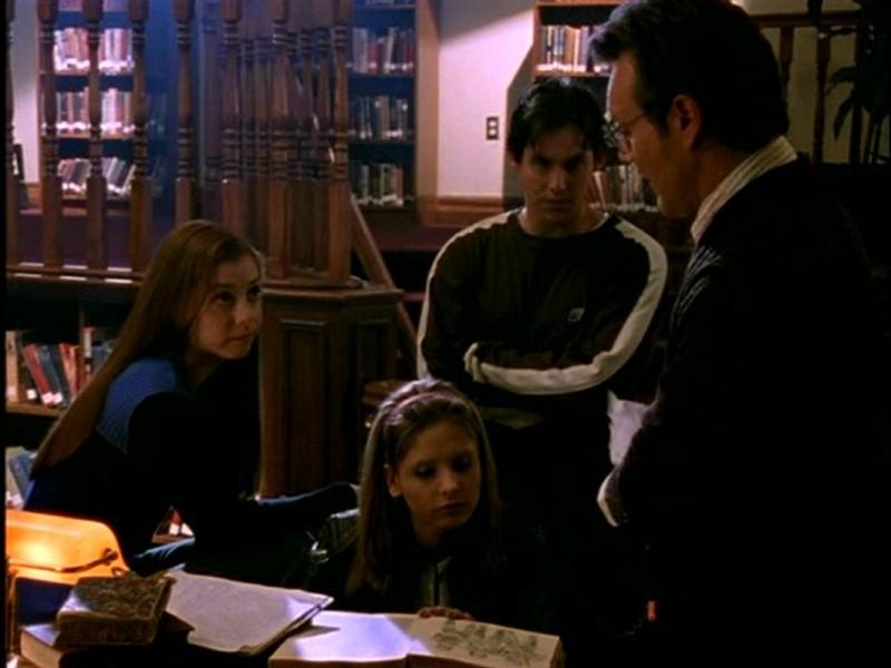Alyson Hannigan, Sarah Michelle gellar, Nicholas Brendon e Anthony Head in una scena di Buffy - L'ammazzavampiri, episodio L'angelo custode