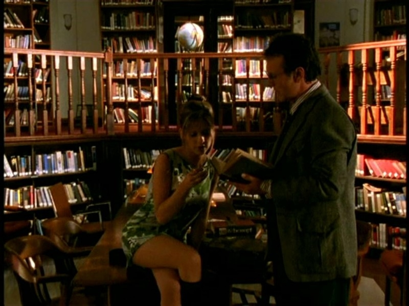 Anthony Head e Sarah Michelle Gellar in una scena di Buffy - L'ammazzavampiri, episodio Il primo appuntamento