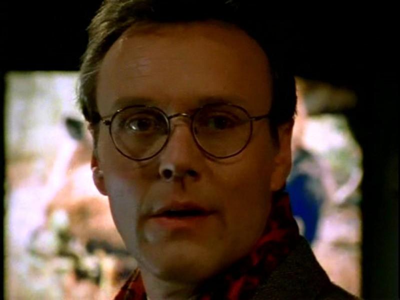 Anthony Head in una scena di Buffy - L'ammazzavampiri, episodio Il branco