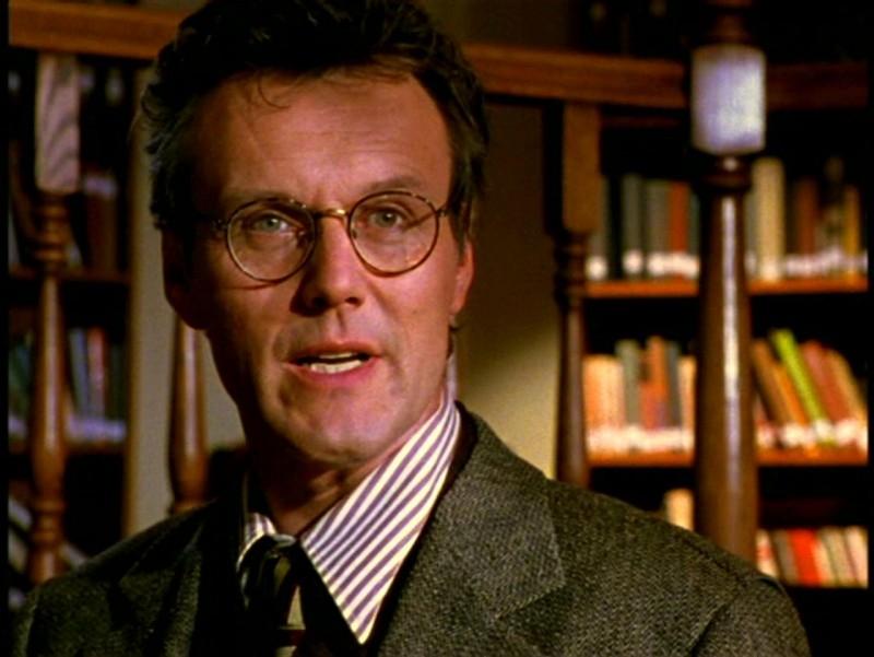 Anthony Head in una scena di Buffy - L'ammazzavampiri, episodio Il male nella rete