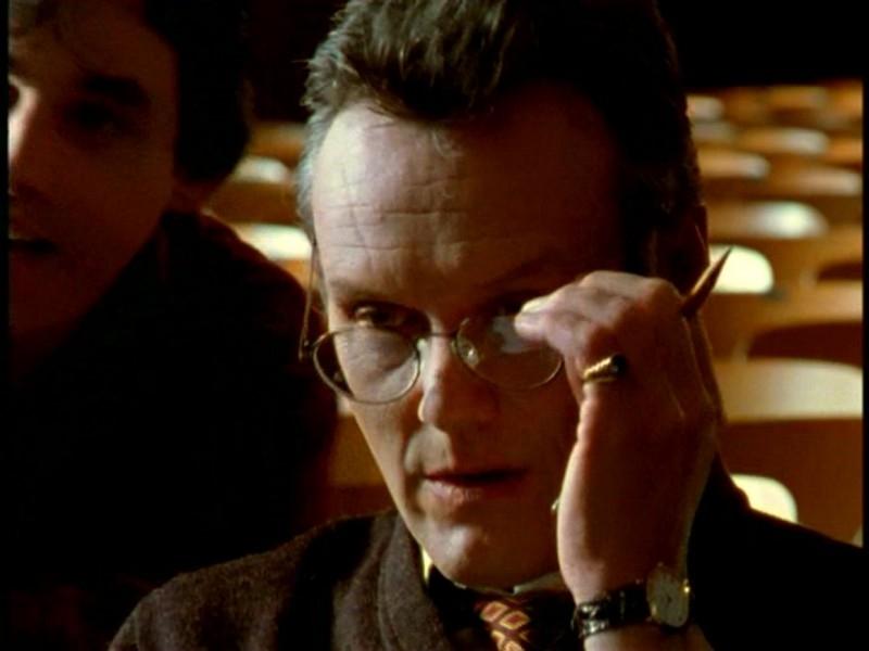 Anthony Head in una sequenza di Buffy - L'ammazzavampiri, episodio Il teatro di burattini
