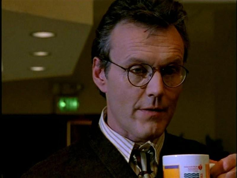 Anthony Head in una scena di Buffy - L'ammazzavampiri, episodio L'angelo custode (stagione 1)