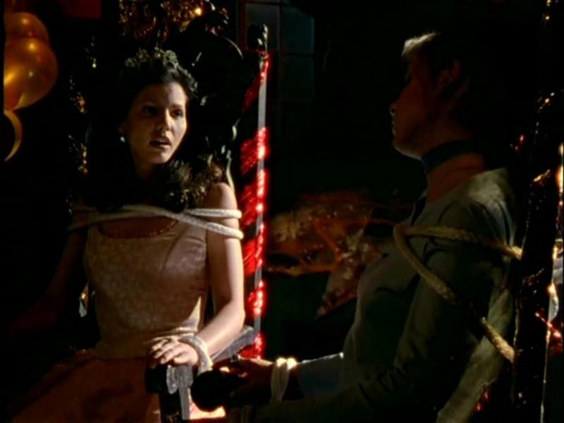 Charisma Carpenter con Sarah Michelle Gellar in una scena di Buffy - L'ammazzavampiri, episodio Lontano dagli occhi, lontano dal cuore