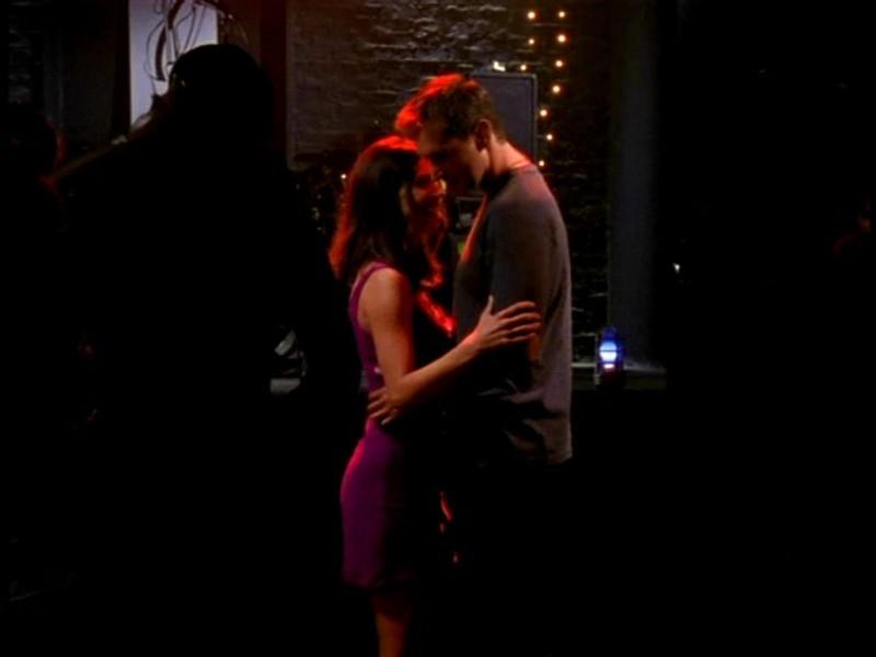 Charisma Carpenter in una scena di Buffy - L'ammazzavampiri, ep. Il primo appuntamento