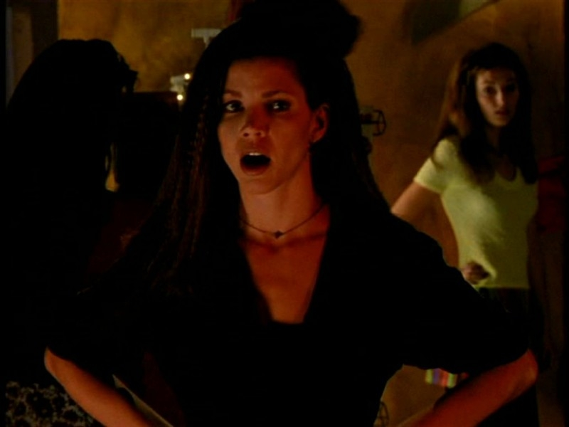 Charisma Carpenter in una scena di Buffy - L'ammazzavampiri, episodio Il primo appuntamento