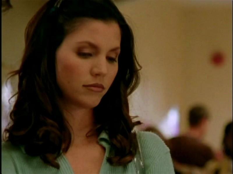 Charisma Carpenter in una scena di Buffy - L'ammazzavampiri, episodio Lontano dagli occhi, lontano dal cuore (Out of Mind, Out of Sight)