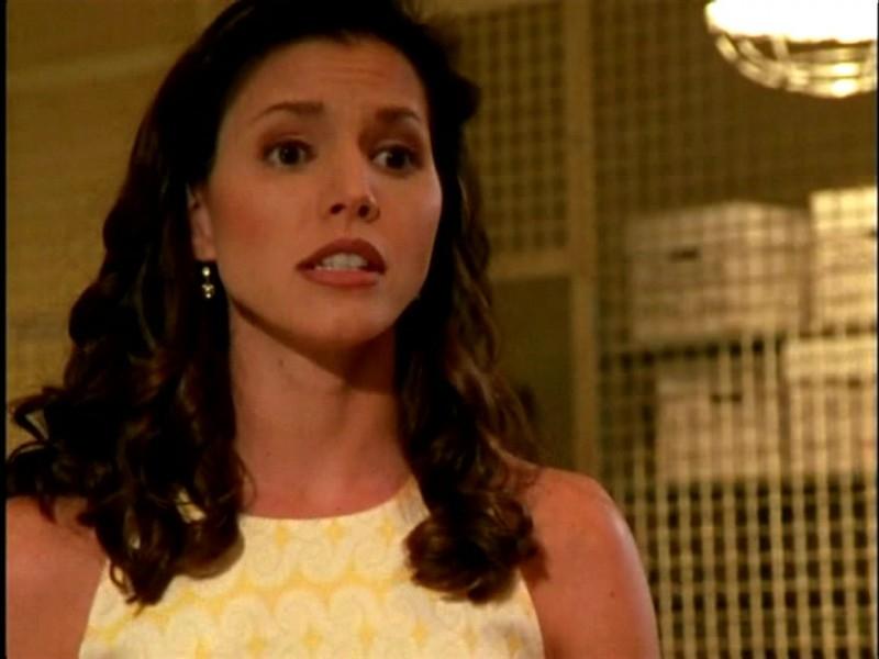 Charisma Carpenter in una scena di Buffy - L'ammazzavampiri, episodio Lontano dagli occhi, lontano dal cuore