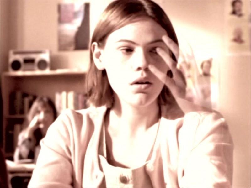 Clea DuVall in una scena di Buffy - L'ammazzavampiri, episodio Lontano dagli occhi, lontano dal cuore