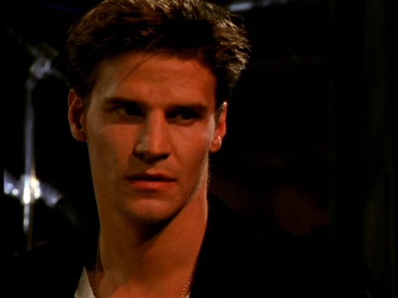 Davdi Boreanaz in una scena di Buffy - L'ammazzavampiri, episodio Il primo appuntamento