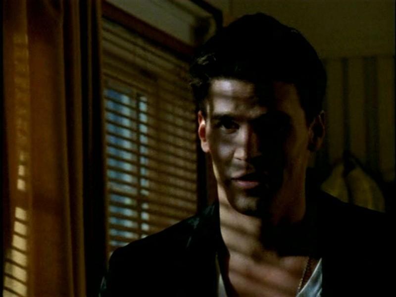 David Boreanaz in una scena di Buffy - L'ammazzavampiri, ep. L'angelo custode