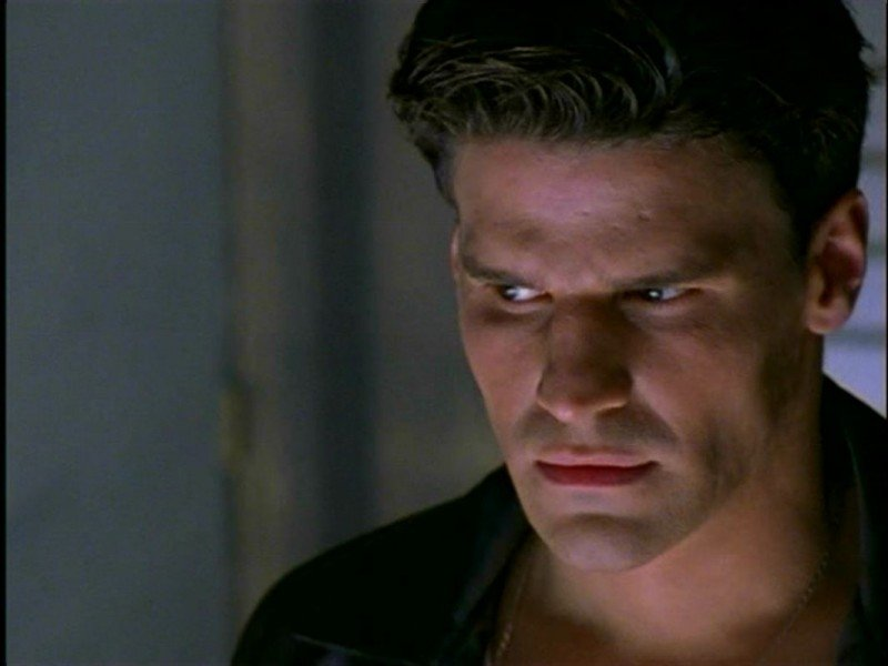 David Boreanaz in una scena del serial Buffy - L'ammazzavampiri, episodio L'angelo custode