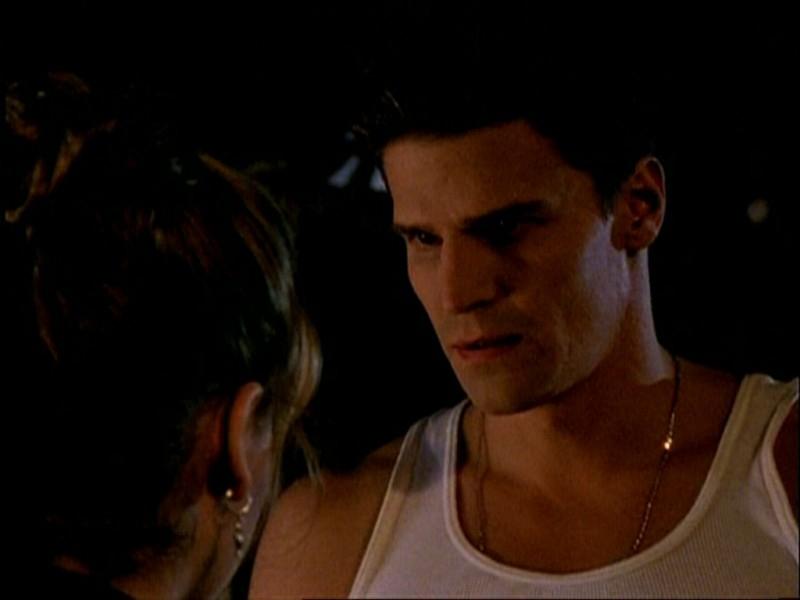 David Boreanaz in una scena di Buffy - L'ammazzavampiri, episodio La mantide