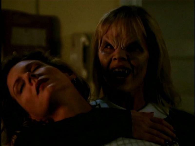 Kristine Sutherland e Julie Benz in una scena di Buffy - L'ammazzavampiri, episodio L'angelo custode