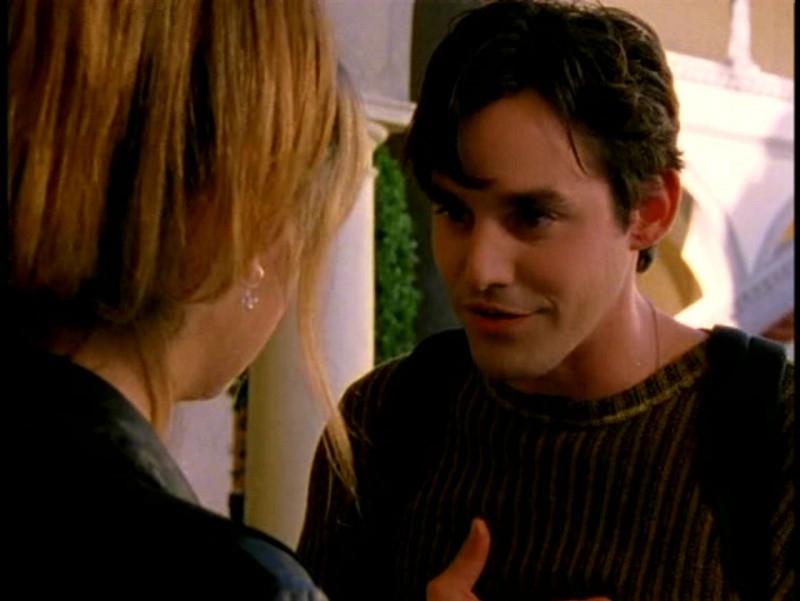 Nicholas Brendon in una scena di Buffy - L'ammazzavampiri, episodio Il male nella rete