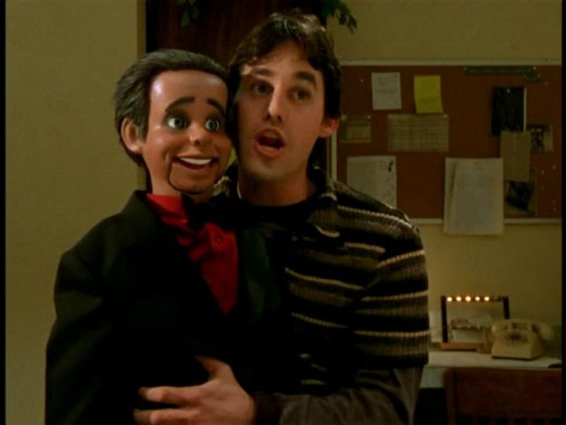 Nicholas Brendon in una scena di Buffy - L'ammazzavampiri, episodio Il teatro di burattini
