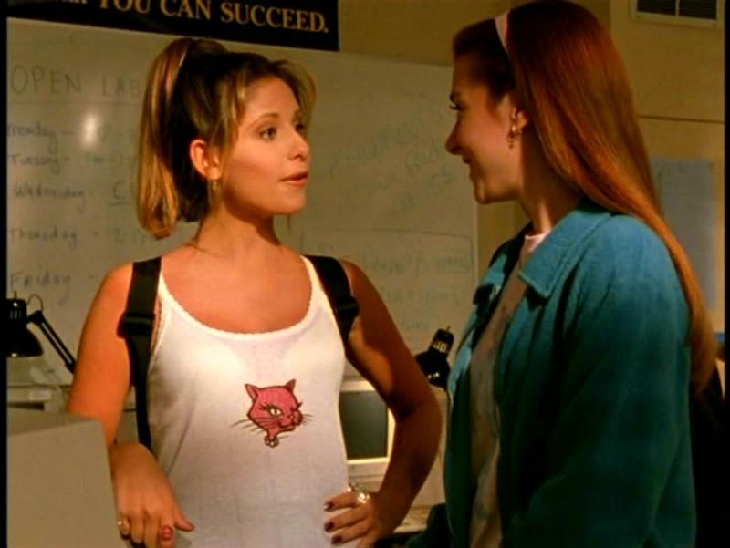 Sarah Michelle Gellar e Alyson Hannigan in una scena di Buffy - L'ammazzavampiri, episodio Il male nella rete