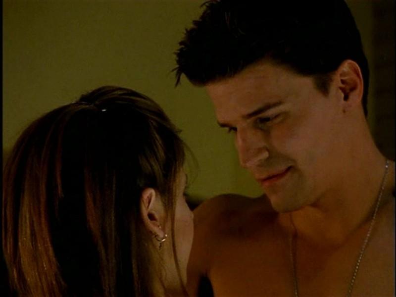 Sarah Michelle Gellar e David Boreanaz in una sequenza di Buffy - L'ammazzavampiri, episodio L'angelo custode