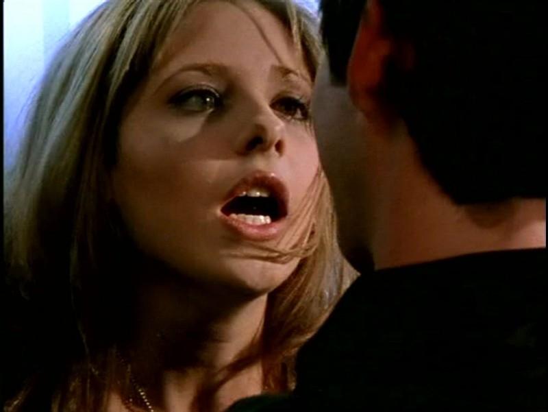 Sarah Michelle Gellar in una scena drammatica di Buffy - L'ammazzavampiri, episodio Il branco